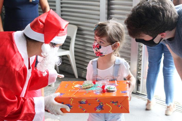 Assistidos pelo Lar recebem cestas, brinquedos, protetores solares e doces